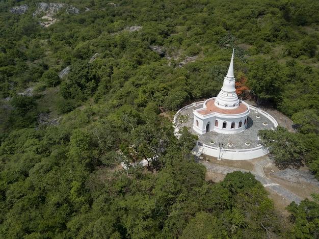 Stupa e temple hall, tempio di asadang nimit, ko sichang, chonburi, tailandia