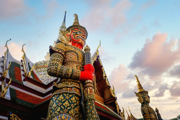 Stupa gigante rosso in wat phra kaew