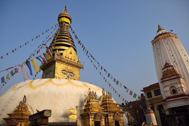Stupa nel tempio della scimmia di swayambhunath a kathmandu, nepal.