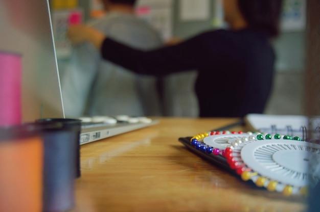 Stylish fashion designer misura la larghezza posteriore del cliente in atelier. concetto di design creativo.