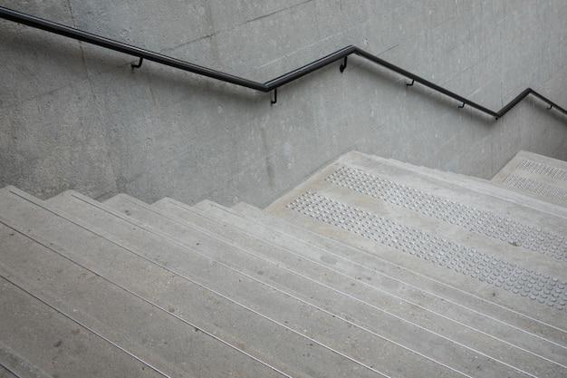 Su e giù per le scale con corrimano per il bilanciamento