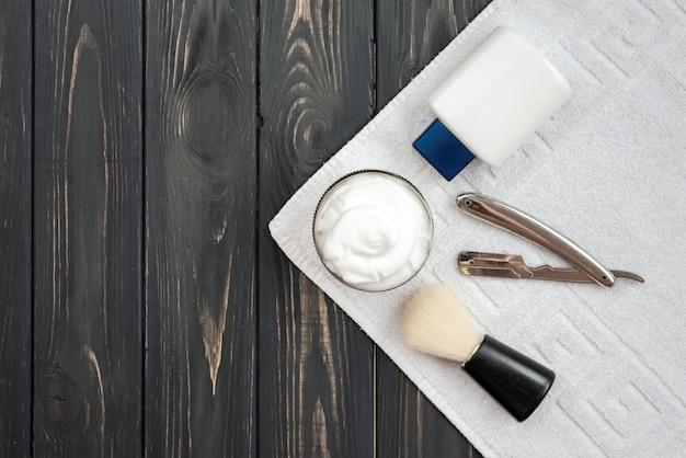 Su un asciugamano bianco tutto il necessario per la rasatura.