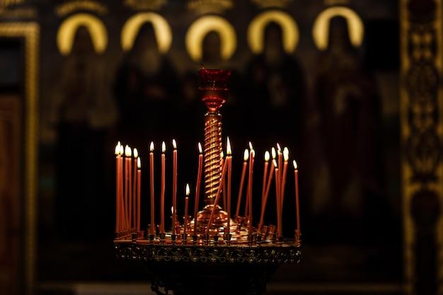 Su una grande chiesa il candelabro di rame accendeva una piccola candela. chiesa cristiana ortodossa. religione