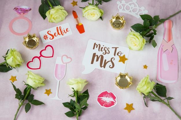 Su uno sfondo rosa rose, corone, clip, bacio, - pianificazione di una festa di addio al nubilato, matrimonio