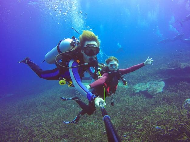 Subacqueo subacqueo selfie tiro con selfie stick