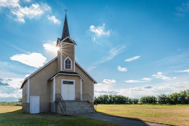 Suburst sopra il campanile della storica chiesa luterana di nordland a saskatchewan, in canada