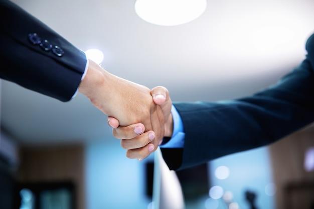 Successful business handshaking dopo un buon affare