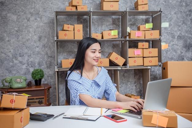 Successo dei giovani imprenditori nel fare affari. spedizione online.