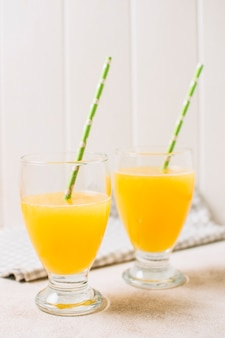 Succhi d'arancia freschi con cannucce