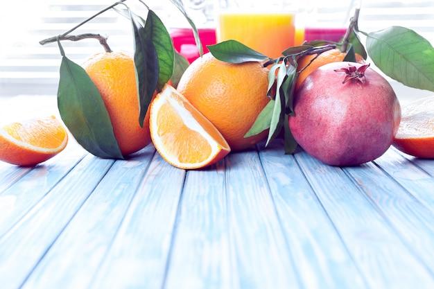 Succhi di arancia e melograno appena spremuti con arance e melograno