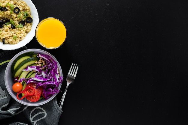 Succo; budino di semi di chia e insalata di verdure fresche su sfondo nero