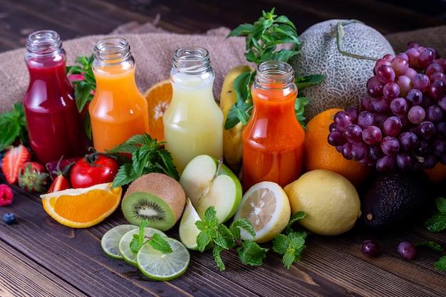 Succo colorato con la varietà di frutta