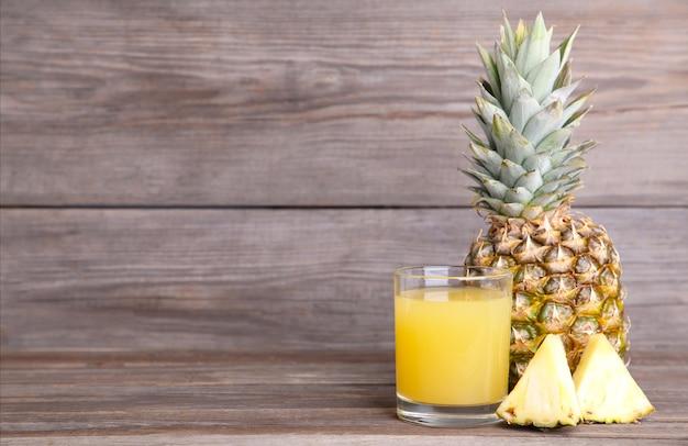 Succo d'ananas fresco nel bicchiere con fette