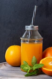 Succo d'arancia con sfondo nero