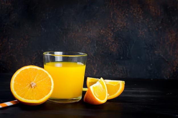 Succo d'arancia e fette d'arancia