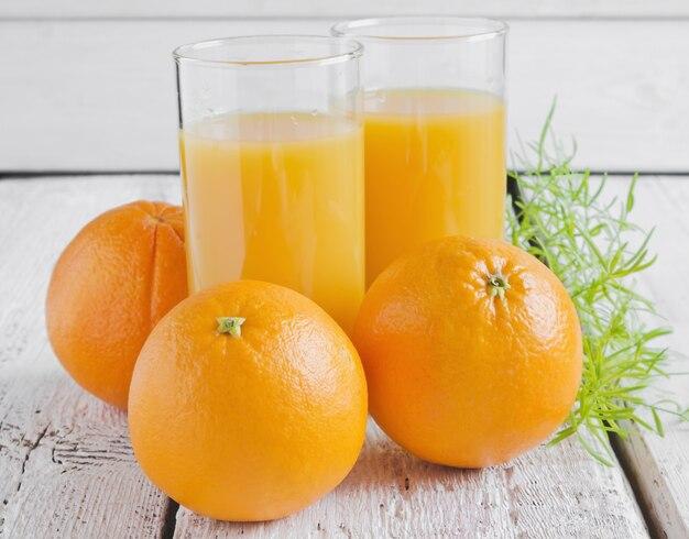 Succo d'arancia e frutta arancione sul tavolo