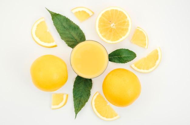 Succo d'arancia fatto in casa sul tavolo