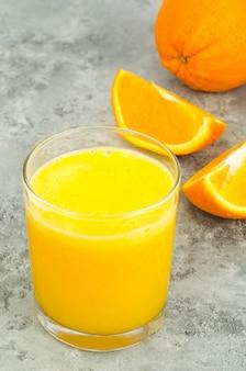 Succo d'arancia fresco con polpa, cibo sano.