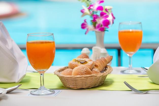 Succo d'arancia fresco per bere in piscina