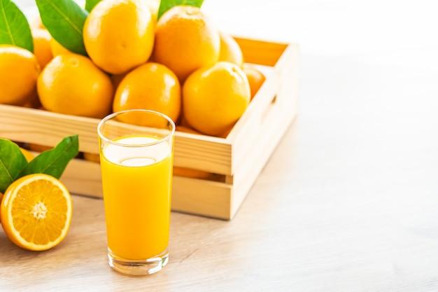 Succo d'arancia fresco per bere in un bicchiere di vetro