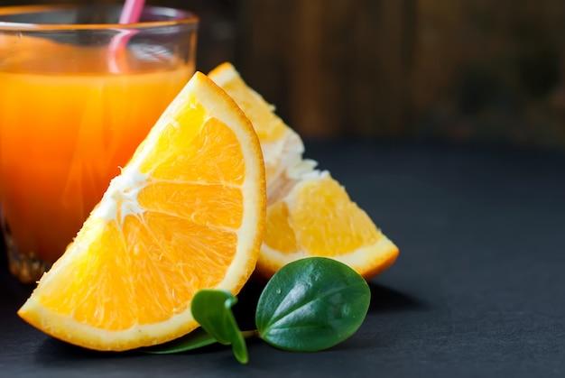 Succo d'arancia fresco sul tavolo di legno