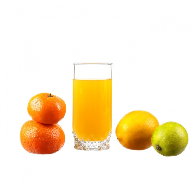 Succo d'arancia in un bicchiere con lime, arancia, mandarino