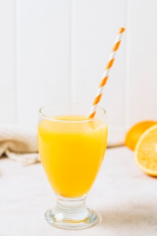 Succo d'arancia rinfrescante con paglia
