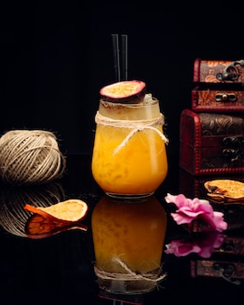 Succo d'arancia sul tavolo