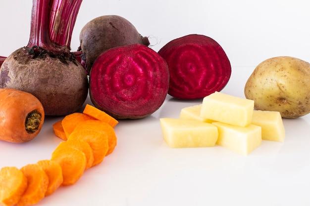 Succo di barbabietola con carota con uno sfondo bianco
