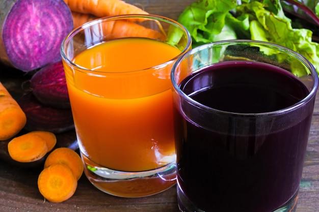 Succo di barbabietola e carota con verdure fresche a fette