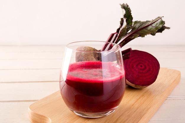 Succo di barbabietola spremuto a freddo in vetro, verdura cruda sana e bevanda alla frutta per la disintossicazione.