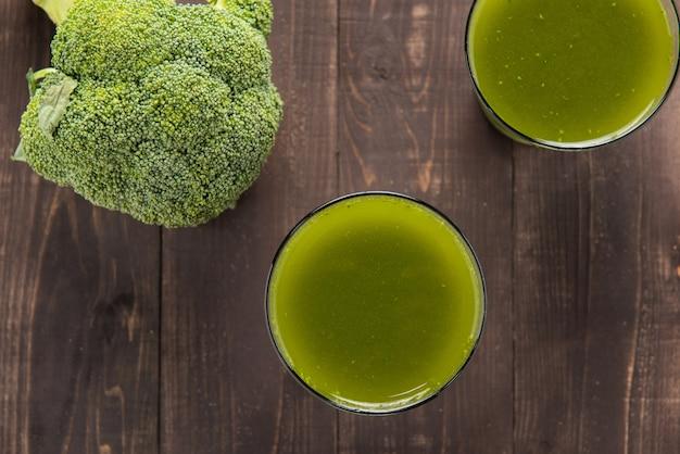 Succo di broccoli sulla tavola di legno.