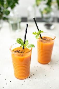 Succo di carota appena spremuto con spinaci