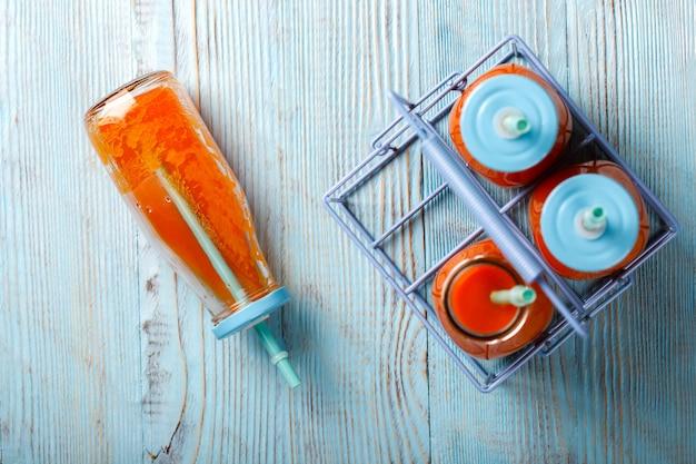 Succo di carota fresco bevanda rinfrescante estiva.