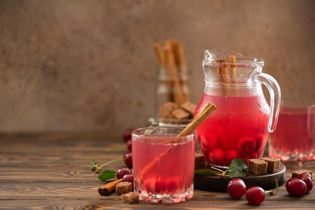 Succo di ciliegia fatto in casa con miele e cannella