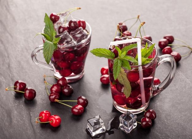 Succo di ciliegie in bicchieri