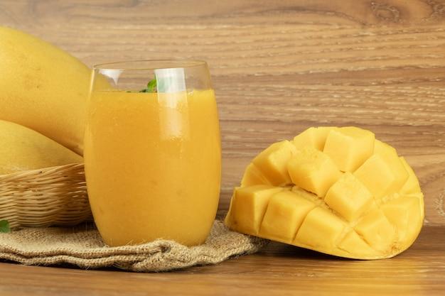 Succo di frullato di mango fondo in legno.