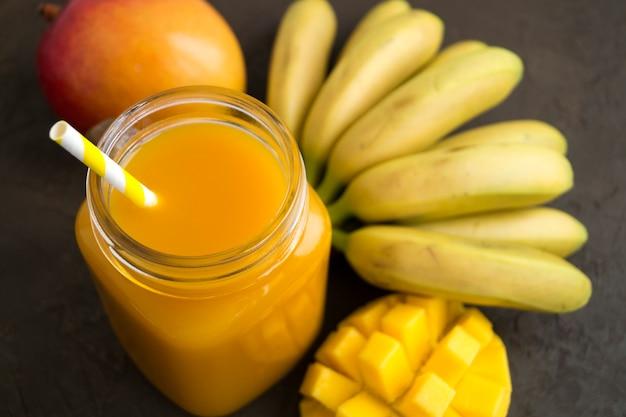 Succo di frutta fresca nel barattolo. su sfondo scuro.