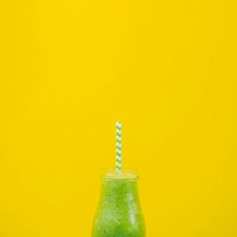 Succo di frutta sano con sfondo di colore