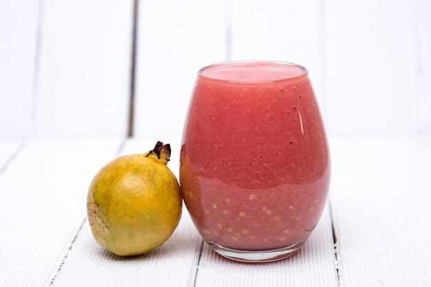 Succo di guava fresco su uno sfondo bianco.