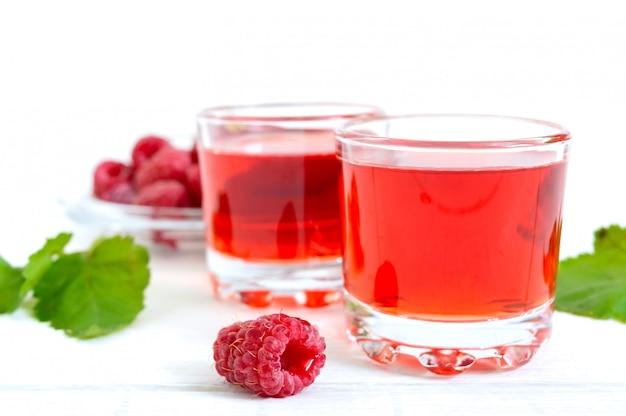 Succo di lampone in bicchieri e frutti di bosco freschi