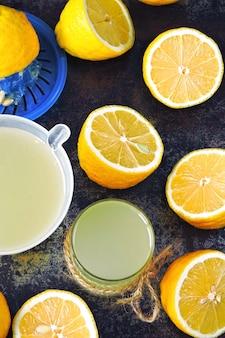 Succo di limone appena spremuto. limoni limoni freschi metà limone. il concetto di perdita di peso con succo di limone.