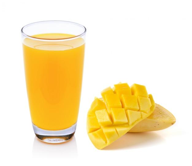Succo di mango e mango isolato su sfondo bianco