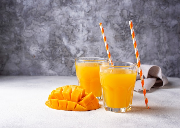 Succo di mango fresco su sfondo chiaro