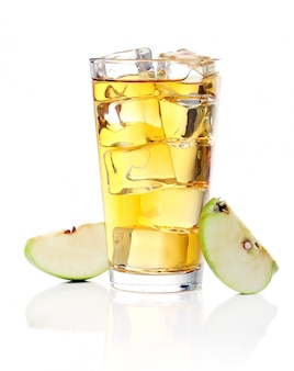 Succo di mela con mele intorno