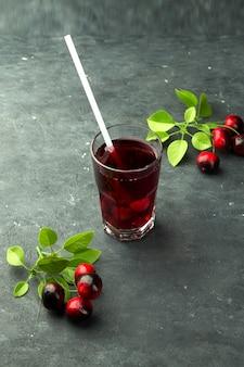 Succo di mirtillo rosso fresco con una cannuccia
