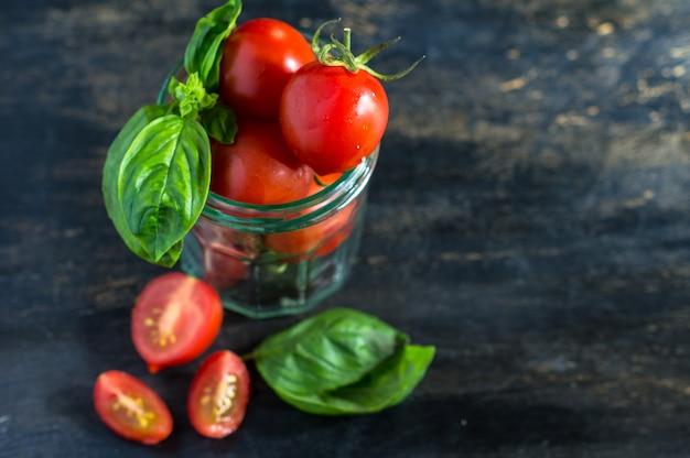 Succo di pomodori sul tavolo rustico
