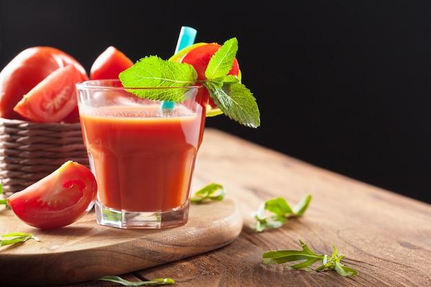 Succo di pomodoro e pomodori freschi