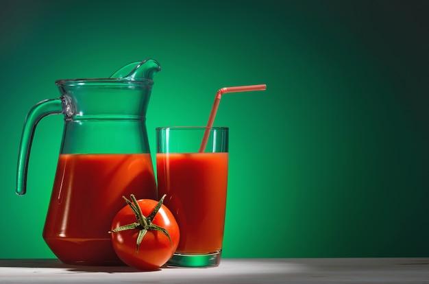 Succo di pomodoro in un bicchiere e brocca