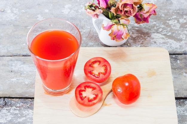 Succo di pomodoro sul tavolo di legno